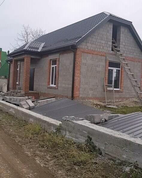В Пятигорске сильный ветер ломает деревья и рушит заборы