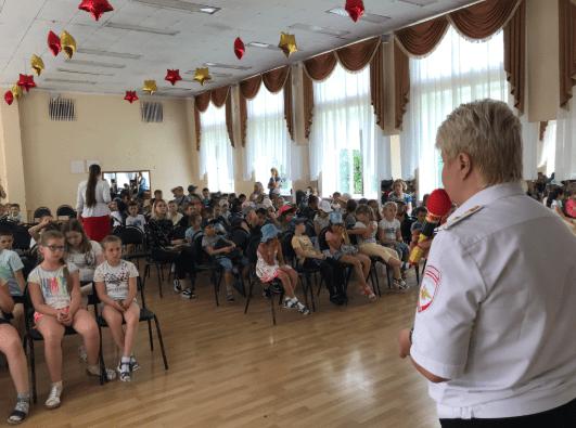 В Ессентуках Госавтоинспекторы обучают детей основам ПДД на летних площадках для отдыха