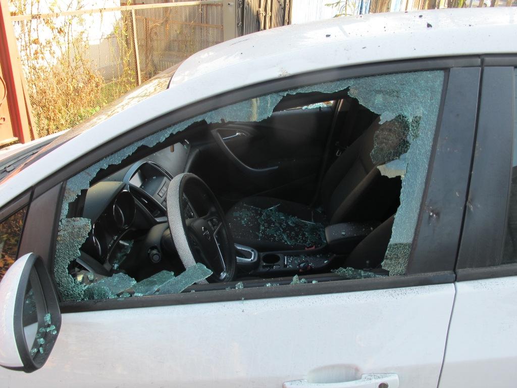 Мужчина психанул и разбил камнями стекла автомобиля знакомой девушки в Пятигорске