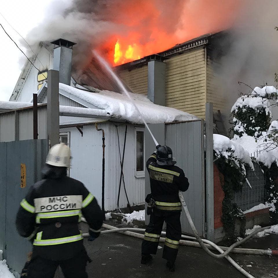 Крупный пожар уничтожил частный двухэтажный дом на улице Широкая в Пятигорске