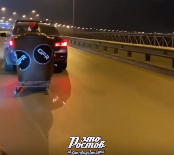 Привязавшего к иномарке сани Санта Клауса водителя оштрафовали в Ростове