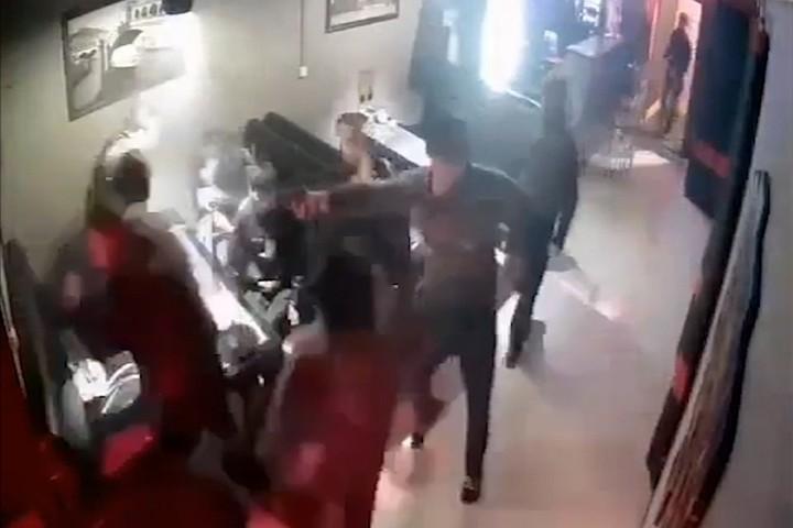 В Черкесске мужчина приехал на лошади в кафе и расстрелял людей из травмата