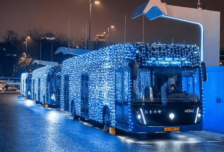 Красивый новогодний общественный транспорт начал ездить по Москве