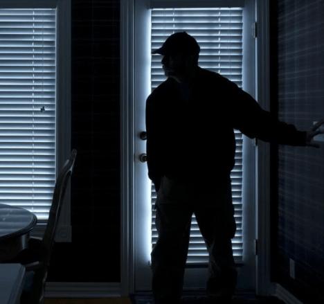 Странный мужчина прокрался в дом мужчины, и начал облизывать ему ноги