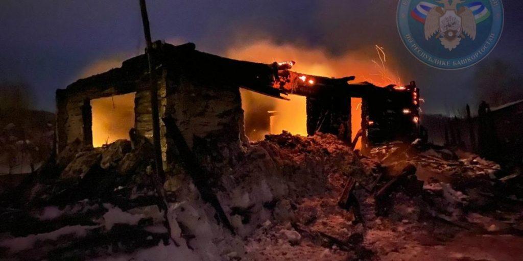 Три человека погибли на пожаре в частном доме в деревне Башкортостана