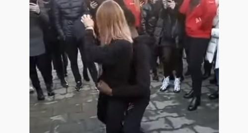 Танцевавшую тверк девушку силой заставили извиниться во Владикавказе