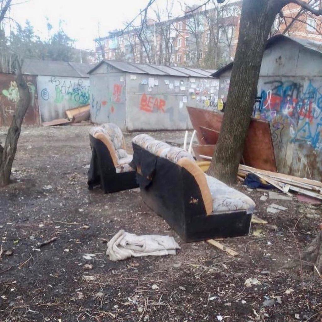 «Сифон» и «Борода» захламили двор многоэтажки в Краснодаре