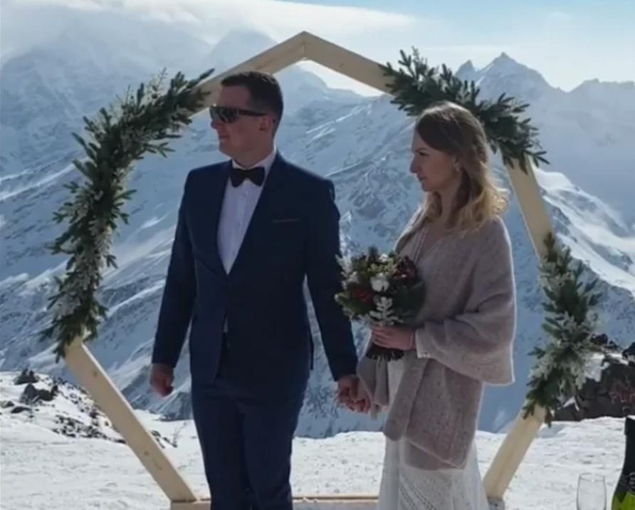 Молодожены из Белгорода сыграли свадьбу на высоте 3500 метров в Приэльбрусье
