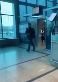 В омском аэропорту мужик зачитал рэп перед полицейским, и ему вызвали бригаду скорой помощи