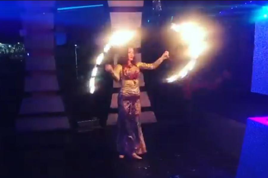 Огненным танцем восхитила гостей мероприятия девушка в Нальчике