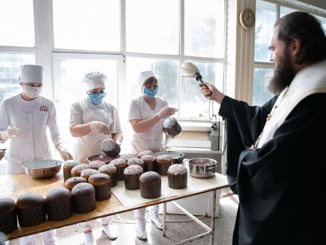 3500 пасхальных куличей освятили и передали врачам КМВ