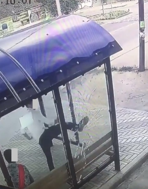 Вандал в Будённовске разбил остановку ударом ноги