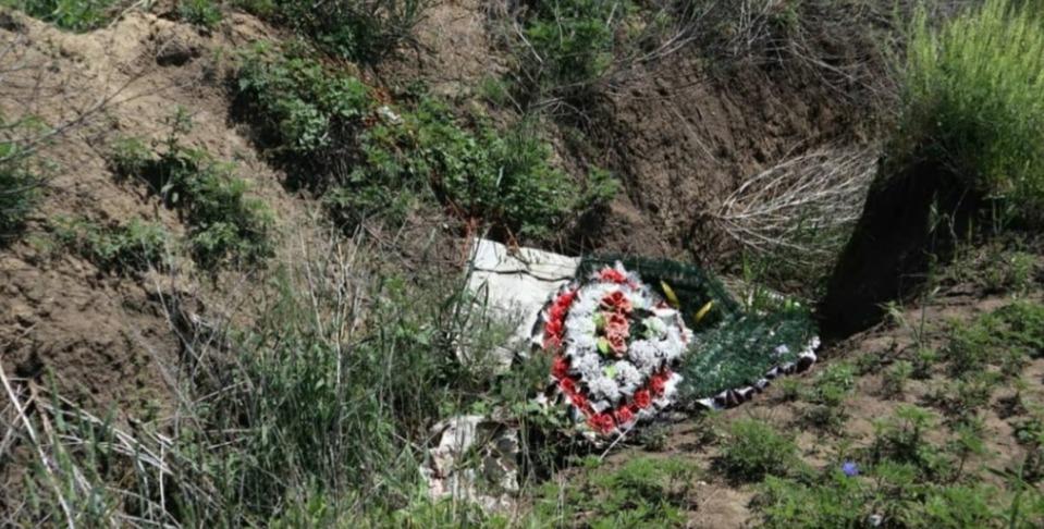 Жители села Александровского засоряют ров на кладбище венками