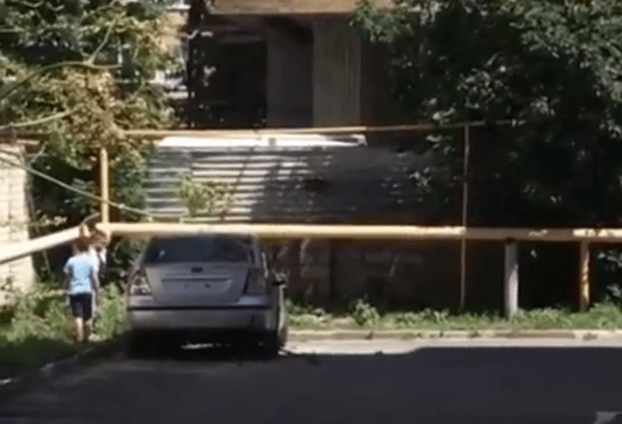 Дети серьезно повредили припаркованный возле многоэтажки автомобиль в Ставрополе
