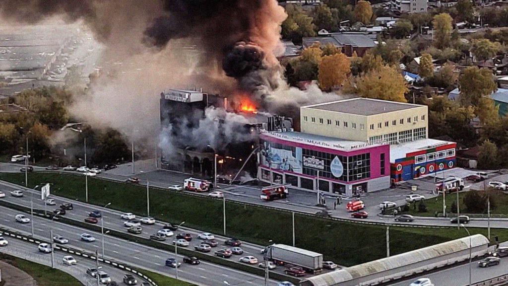 Гостиница и торговый центр горят в Новосибирске
