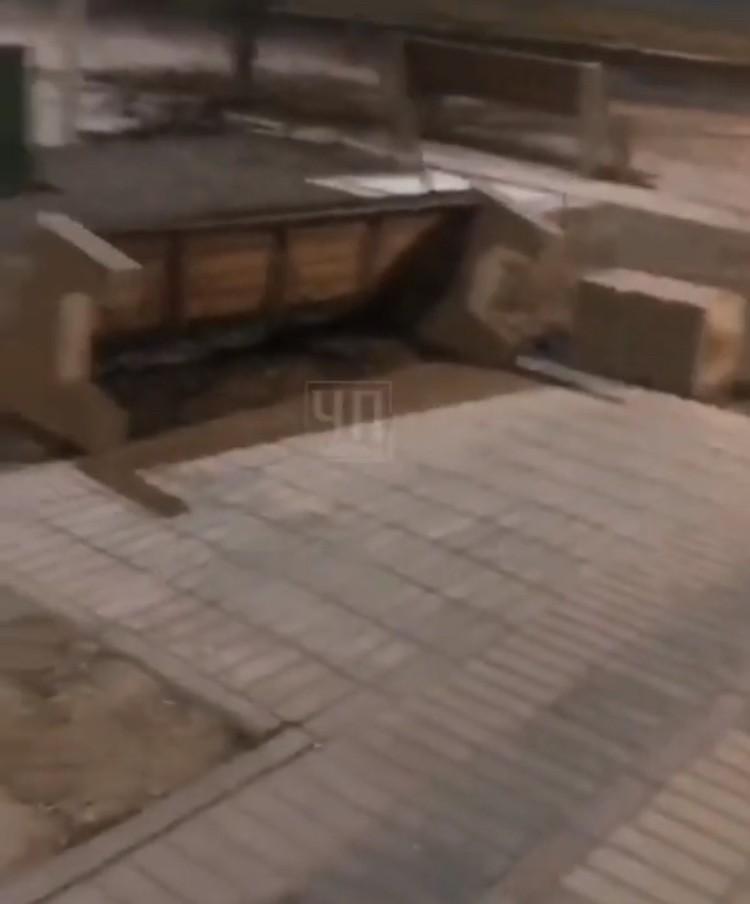 Вандал разворотил скамейки и урны в преображенном парке Будённовска