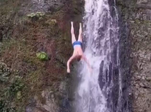 Голову после ныряния в водопад разбил турист в Сочи