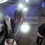 Пьяный мужчина с ведром на голове веселил прохожих в Сочи