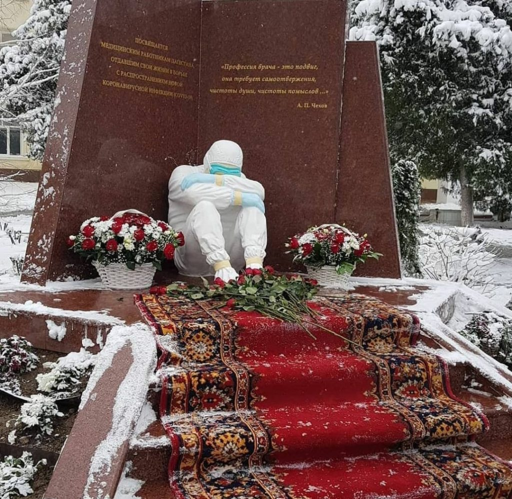 В Махачкале открыли памятник врачам погибшим в борьбе с Covid-19