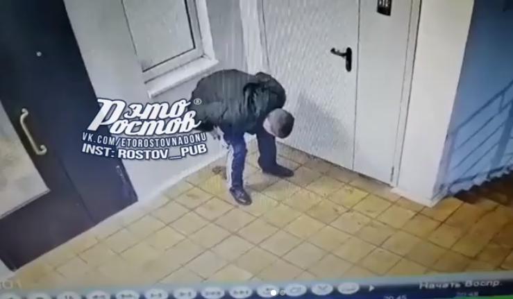 Нагадивший под дверь подъезда мужчина попал на видео в Ростове