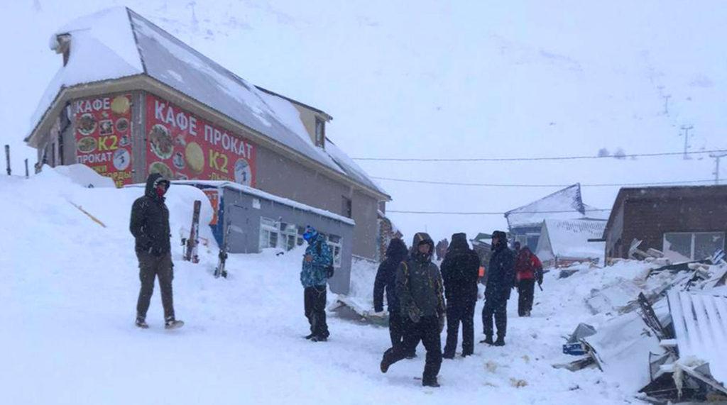 Спасатели возобновили поиски попавших под лавину туристов в КЧР