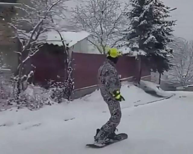 Сноубордисты катаются на улицах Кисловодска
