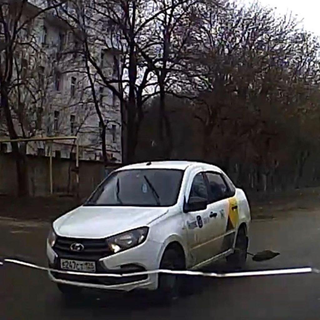 Привязавший дворнягу к такси мужчина шокировал жителей Иноземцево