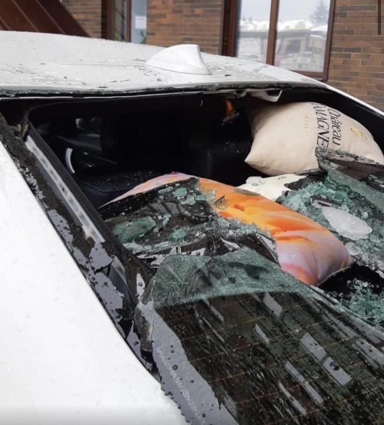 Глыба льда повредила автомобиль в Ставрополе