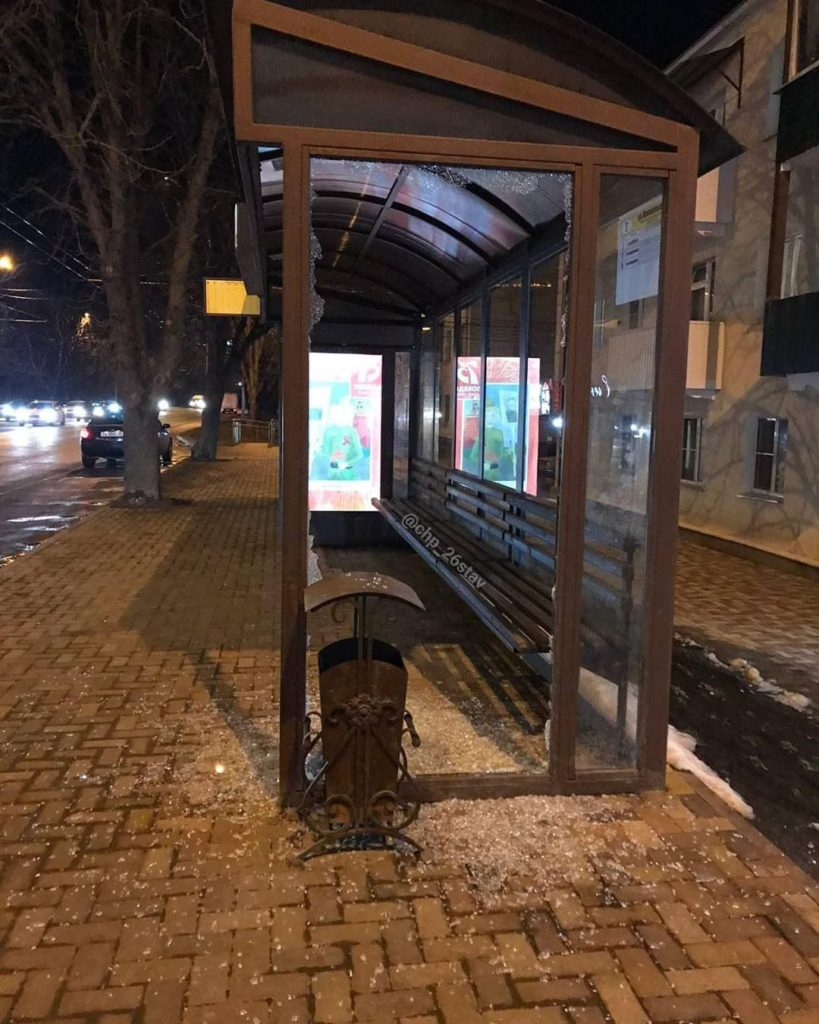 Психанул и разбил камнем остановку мужчина в Ставрополе