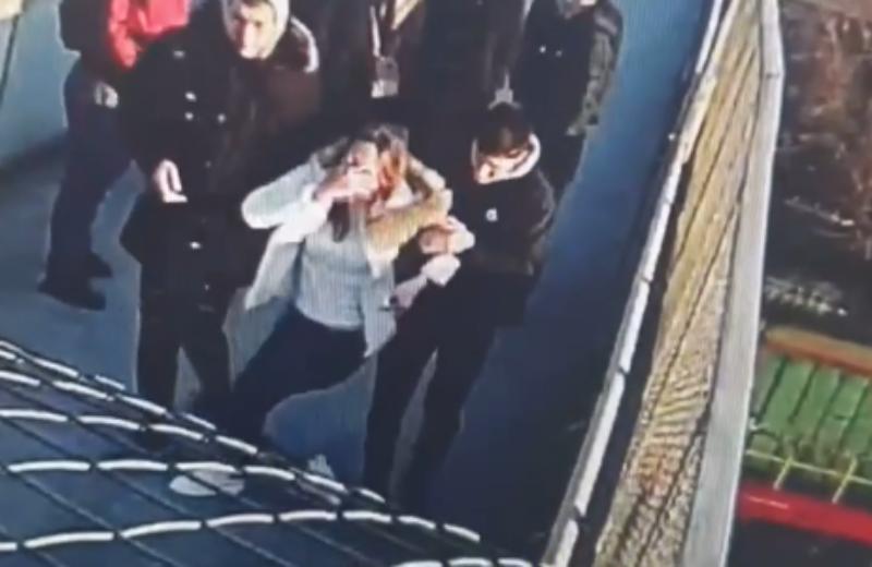 Пытавшуюся спрыгнуть с моста девушку спасли на Кубани